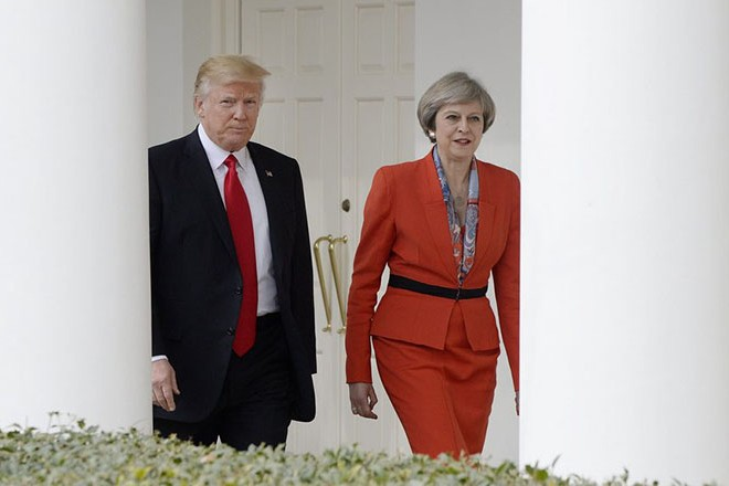 epa05755155 US President Donald J. Trump and British Prime Minister Theresa May walk the colonade of the White House in Washington, DC, USA, 27 January 2017.  EPA/Olivier Douliery / POOL