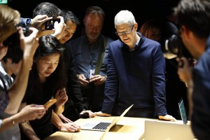 epaselect epa05606203 Tim Cook, CEO of Apple Inc., looks on as guests inspect the new MacBook Pro computer shown in a demo room, following the announcement of new products at the Apple Headquarters in Cupertino, California, USA, 27 October 2016.  EPA/TONY AVELAR