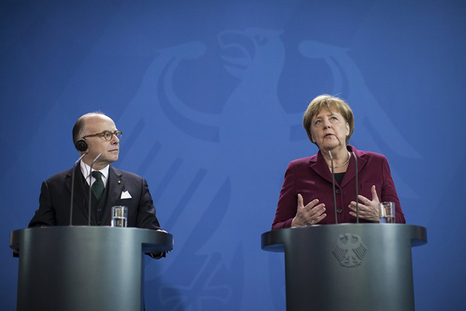 epa05791111 German Chancellor Angela Merkel (R) and  French Prime Minister Bernard Cazeneuve speak to the media during a joint news conference following their meeting in the Chancellory in Berlin, Germany, 13 February 2017.  EPA/OLIVER WEIKEN