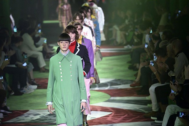 epa05379271 Models present creations from the Spring/Summer 2017 Menswear Collection of Gucci fashion house during the Milan Men's Fashion Week, in Milan, Italy, 20 June 2016. The Milano Moda Uomo runs from 17 to 21 June.  EPA/FLAVIO LO SCALZO