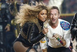 epa05149064 Beyonce (L) and Chris Martin (R) of Coldplay perform during the halftime show of the NFL's Super Bowl 50 between the AFC Champion Denver Broncos and the NFC Champion Carolina Panthers at Levi's Stadium in Santa Clara, California, USA, 07 February 2016.  EPA/TANNEN MAURY