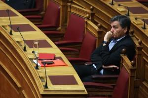 Ο υπουργός Οικονομικών Ευκλείδης Τσακαλώτος παρακολουθεί τη συζήτηση  και λήψη απόφασης,  επί της προτάσεως που κατέθεσε ο πρόεδρος της ΝΔ Κυριάκος Μητσοτάκης, για σύσταση Εξεταστικής Επιτροπής, σχετικά με τη διερεύνηση των αιτιών επιβολής τραπεζικής αργίας και κεφαλαιακών περιορισμών, υπογραφής του τρίτου Μνημονίου και ανάγκης νέας ανακεφαλαιοποίησης των πιστωτικών ιδρυμάτων, Τρίτη 26 Ιουλίου 2016. ΑΠΕ-ΜΠΕ/ΑΠΕ-ΜΠΕ/ΑΛΕΞΑΝΔΡΟΣ ΒΛΑΧΟΣ