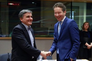 epa05805447 Greek Finance Minister Euclid Tsakalotos (L) and the President of the Eurogroup, Dutch Finance Minister Jeroen Dijsselbloem (R) welcome each other prior to the start of a Eurogroup Finance Ministers' meeting at the European Council headquarters in Brussels, Belgium, 20 February 2017.  EPA/OLIVIER HOSLET