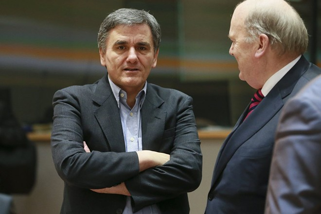 epa05805459 Greek Finance minister Euclid Tsakalotos (L) and Irish Finance Minister Michael Noonan (R) chat prior to the start of a Eurogroup Finance Ministers' meeting at the European Council headquarters in Brussels, Belgium, 20 February 2017.  EPA/OLIVIER HOSLET