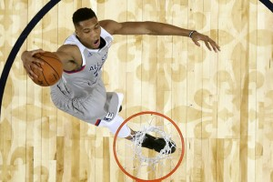 epa05804789 Eastern Conference forward Giannis Antetokounmpo of Greece dunks the ball during the NBA All-Star Game at the Smoothie King Center in New Orleans, Louisiana, USA, 19 February 2017.  EPA/RONALD MARTINEZ / GETTY IMAGES / POOL