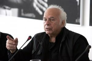 Φωτογραφία που δόθηκε σήμερα στη δημοσιότητα και εικονίζει το Νίκο Κούνδουρο να μιλά σε συνέντευξη τύπου στο Μουσείο Μπενάκη για την έκθεση-αφιέρωμα στο εργο του, Πέμπτη 19 Νοεμβρίου 2009. Πέθανε σήμερα ο μεγάλος σκηνοθέτης Νίκος Κούνδουρος. Τα τελευταία χρόνια αντιμετώπιζε πολλά προβλήματα υγείας.  ΑΠΕ ΜΠΕ/ΑΠΕ ΜΠΕ/ΠΑΝΤΕΛΗΣ ΣΑΪΤΑΣ