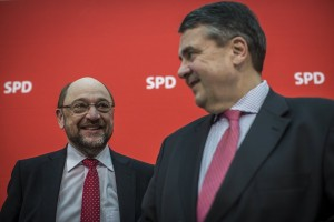 epa05790657 The newly appointed leader of the Social Democratic Party (SPD) and candidate for chancellor Martin Schulz (L) stands next to German Foreign Minister Sigmar Gabriel (R) during a party board meeting in Berlin, Germany, 13 February 2017.  EPA/OLIVER WEIKEN