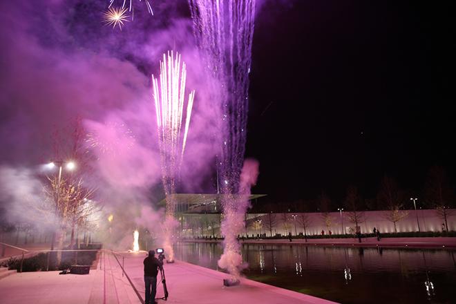 Πυροτεχνήματα έξω από το κτίριο μετά το τέλος της τελετής παράδοσης του Κέντρου Πολιτισμού του Ιδρύματος Σταύρος Νιάρχος (ΚΠΙΣΝ) στο Δημόσιο, με την παρουσία του Προέδρου της Δημοκρατίας Προκόπη Παυλόπουλου (ΔΕΝ ΕΙΚΟΝΙΖΕΤΑΙ) και του Πρωθυπουργού, Αλέξη Τσίπρα (ΔΕΝ ΕΙΚΟΝΙΖΕΤΑΙ), την Πέμπτη 23 Φεβρουαρίου 2017. Η Αίθουσα Σταύρος Νιάρχος της Εθνικής Λυρικής Σκηνής στο ΚΠΙΣΝ, θα φιλοξενήσει ένα πρόγραμμα-έκπληξη, ενώ αποσπάσματά του θα αποκαλυφθούν σε επιπλέον σημεία του ΚΠΙΣΝ. Πριν την έναρξη του καλλιτεχνικού προγράμματος, θα πραγματοποιηθεί η τελετή παράδοσης του έργου. ΑΠΕ ΜΠΕ/ΑΠΕ ΜΠΕ/ΑΛΕΞΑΝΔΡΟΣ ΒΛΑΧΟΣ