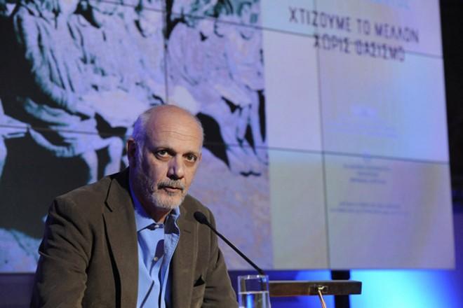 (Ξένη Δημοσίευση)  Ο ηθοποιός Γιώργος Κιμούλης απευθύνει χαιρετισμό στην εκδήλωση που διοργάνωσε το Υπουργείο Εθνικής Άμυνας σε συνεργασία με την Διακομματική Κοινοβουλευτική Επιτροπή για τη Διεκδίκηση των Γερμανικών Οφειλών προς την Ελλάδα και το Εθνικό Συμβούλιο Διεκδίκησης των Οφειλών της Γερμανίας προς την Ελλάδα, με θέμα  «Β' Παγκόσμιος Πόλεμος – Ελλάδα – Κατοχή – Αντίσταση: Ιστορική μνήμη - Διεκδίκηση - Δικαίωση». Στην εκδήλωση παρευρέθησαν η Πρόεδρος της Βουλής Ζωή Κωνσταντοπούλου, ο υπουργός  Εθνικής  Άμυνας Πάνος Καμμένος, ο αναπληρωτής υπουργός Εθνικής Άμυνας Κώστας Ήσυχος μέλη του υπουργικού συμβουλίου, βουλευτές, οι αρχηγοί των Γενικών Επιτελείων, περισσότεροι από εξήντα πρέσβεις, εκπρόσωποι πρεσβειών και ακόλουθοι άμυνας, καθώς επίσης και αντιστασιακοί στους οποίους  επιδόθηκαν τιμητικές πλακέτες. Τρίτη 28 Απριλίου 2015.  ΑΠΕ- ΜΠΕ/ ΓΡΑΦΕΙΟ ΤΥΠΟΥ ΥΠΕΘΑ /STR