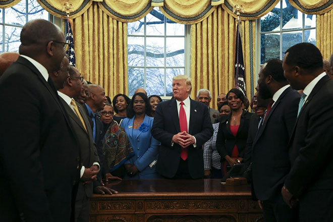 epa05819717 US President Donald J. Trump poses with members of the Historically Black Colleges and Universities in the Oval Office of the White House, Washington, DC, USA, 27 February 2017.  EPA/Aude Guerrucci / POOL