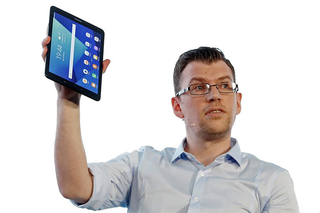 epa05817063 Samsung's Head of product management and portfolio, Mark Notton, presents the new Galaxy Tab S3 on the eve of the opening of Mobile World Congress (MWC) in Barcelona, northeastern Spain, 26 February 2017. The congress under the motto 'The next element' runs from 27 February to 02 March 2017.  EPA/ALBERTO ESTEVEZ