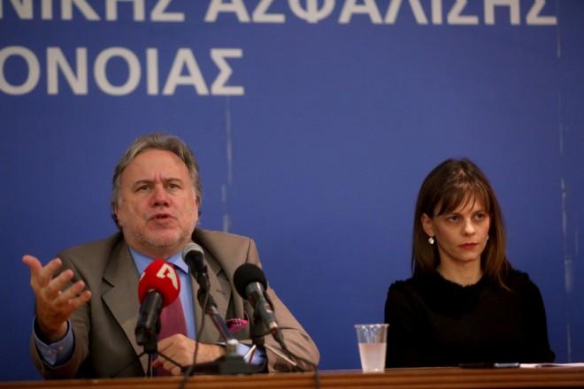 Ο απερχόμενος υπουργός Εργασίας Κοινωνικής Ασφάλισης και Κοινωνικής Αλληλεγγύης Γιώργος Κατρούγκαλος (Α) και η νέα υπουργός Έφη Αχτσιόγλου (Δ) μιλούν κατά τη διάρκεια της τελετής παράδοσης και παραλαβής του υπουργείου, Δευτέρα 07 Νοεμβρίου 2016.  Ο κ. Κατρούγκαλος αναλαμβάνει καθήκοντα  αναπληρωτή υπουργού Εξωτερικών, αρμόδιου για Ευρωπαϊκές Υποθέσεις.   ΑΠΕ-ΜΠΕ/ΑΠΕ-ΜΠΕ/ΟΡΕΣΤΗΣ ΠΑΝΑΓΙΩΤΟΥ