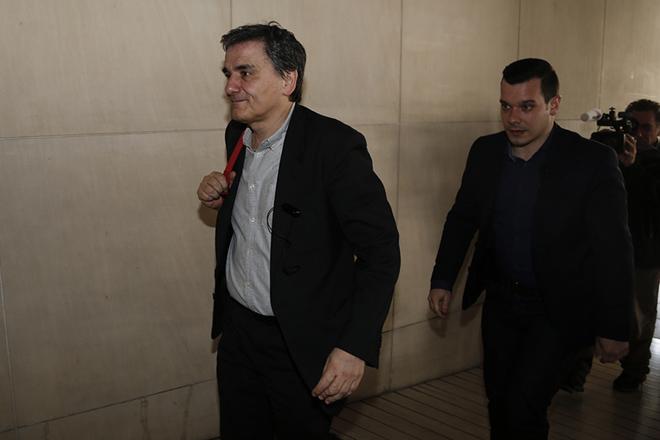 Ο υπουργός Οικονομικών Ευκλείδης Τσακαλώτος προσέρχεται για την συνάντησή του με τους θεσμούς, Αθήνα Τρίτη 28 Φεβρουαρίου 2017. Κεντρικό θέμα για την ελληνική κυβέρνηση στις διαπραγματεύσεις που τώρα ξεκινούν, είναι «ο προσδιορισμός του ύψους των μέτρων, θετικών και αρνητικών», επισημαίνει κυβερνητική πηγή σε επικοινωνία που είχε με το ΑΠΕ -ΜΠΕ. ΑΠΕ-ΜΠΕ/ΑΠΕ-ΜΠΕ/ΓΙΑΝΝΗΣ ΚΟΛΕΣΙΔΗΣ
