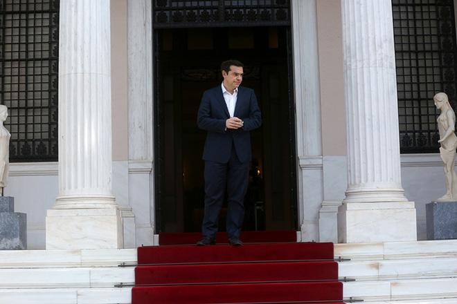 Ο πρωθυπουργός Αλέξης Τσίπρας περιμένει για να υποδεχτεί τον ομόλογο του πρωθυπουργό της Μάλτας Joseph Muscat στη συνάντηση τους στο Μέγαρο Μαξίμου, Αθήνα Τετάρτη 1 Μαρτίου 2017. Ο πρωθυπουργός της Μάλτας βρίσκεται στην Αθήνα σε μονοήμερη επίσκεψη.  ΑΠΕ-ΜΠΕ/ΑΠΕ-ΜΠΕ/ΟΡΕΣΤΗΣ ΠΑΝΑΓΙΩΤΟΥ