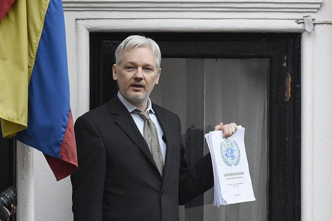 epa05714696 (FILE) - Julian Assange speaks to the media from a balcony of the Ecuadorian Embassy in London, Britain, 05 February 2016 (reissued 13 January 2017). According to a Wikleaks statement published on their twitter account on 12 January 2017, Assange has agreed to be extradited to the US if President Obama granted clemency to whistleblower Chelsea Manning.  EPA/FACUNDO ARRIZABALAGA