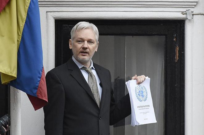 Εντείνονται οι πιέσεις στον Τζούλιαν Ασάνζ για να αποχωρήσει από την πρεσβεία του Ισημερινού