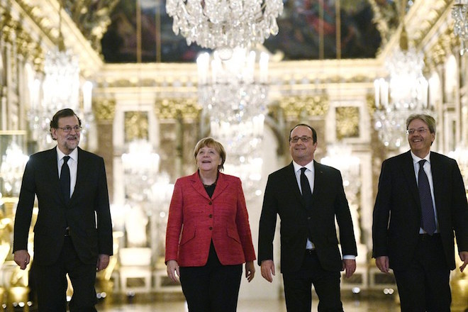 epa05833694 (L-R) Spanish Prime Minister Mariano Rajoy, German Chancellor Angela Merkel, French President Francois Hollande and Italian Prime Minister Paolo Gentiloni visit the Hall of Mirrors at Versailles Palace during a summit gathering heads of state and governments from France, Germany, Spain and Italy, in Versailles, near Paris, France, 06 March 2017. The Versailles summit comes in preperation for a meeting of EU leaders on 25 March in Rome to mark the 60th anniversary of the Treaty of Rome.  EPA/MARTIN BUREAU / POOL MAXPPP OUT
