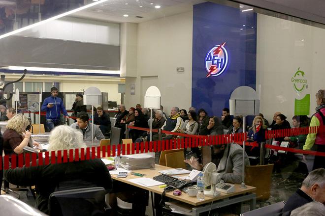 Καταναλωτές ηλεκτρικού ρεύματος περιμένουν να εξυπηρετηθούν στα κεντρικά γραφεία της ΔΕΗ επί της οδού Αριστείδου , Παρασκευή 3 Μαρτίου 2017. ΑΠΕ-ΜΠΕ/ΑΠΕ-ΜΠΕ/Παντελής Σαίτας