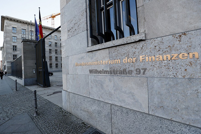 epa05850213 An exterior view of the entrance to the German Ministry of Finance in Berlin, Germany, 15 March 2017.  A package with explosives that could have caused serious injuries if opened was found in the Ministry's post room earlier the same day, police confirmed.  EPA/FELIPE TRUEBA