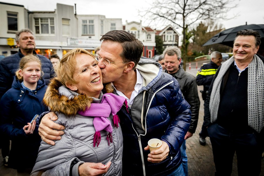 epa05814246 Dutch Prime Minister Mark Rutte meets members of the public in the centre of Wormerveer, The Netherlands, February 25, 2017. Rutte is campaigning with his party, the VVD, for the Dutch national elections that will take place on March 15, 2017.  EPA/REMKO DE WAAL