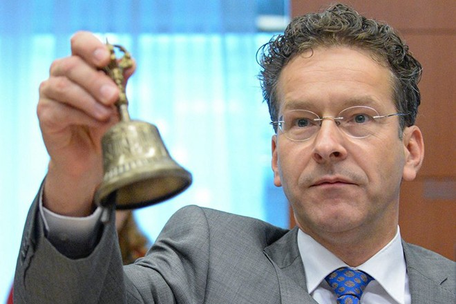 epa04845206 President of Eurogroup Jeroen Dijsselbloem rings a bell at the start of the Eurogroup finance ministers meeting at the European Council headquarters in Brussels, Belgium, 13 July 2015. Eurozone finance ministers were to discuss a range of issues including the election of the Eurogroup president and the current situation affecting Greece.  EPA/STEPHANIE LECOCQ