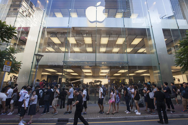 epa05541729 Customers queue up outside the Apple store in Hong Kong's Causeway Bay district early in the morning on the day of the Apple iPhone 7 goes on sale, in Hong Kong, China, 16 September 2016.  EPA/ALEX HOFFORD
