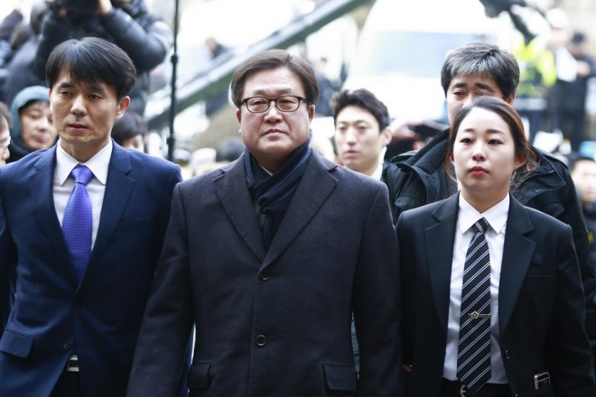epa05795913 Samsung Electronics President Park Sang-jin (C) arrives at the Seoul Central District Court in Seoul, South Korea, 16 February 2017.  EPA/KIM HEE-CHUL