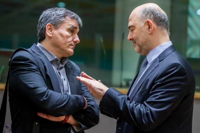 epa05860130 Greek Finance Minister Euclid Tsakalotos (L) and European Commissioner in charge of Economic and Financial Affairs, Pierre Moscovici (R) speak prior to the start of a Eurogroup Finance Ministers' meeting at the European Council headquarters in Brussels, Belgium, 20 March 2017.  EPA/STEPHANIE LECOCQ