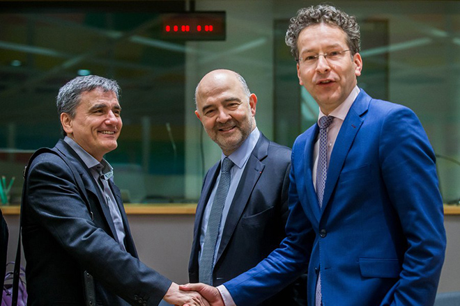 epaselect epa05860137 Greek Finance Minister Euclid Tsakalotos (L) and European Commissioner in charge of Economic and Financial Affairs, Pierre Moscovici (C) and President of Eurogroup, Dutch Finance Minister, Jeroen Dijsselbloem (R) prior to the start of a Eurogroup Finance Ministers' meeting at the European Council headquarters in Brussels, Belgium, 20 March 2017.  EPA/STEPHANIE LECOCQ