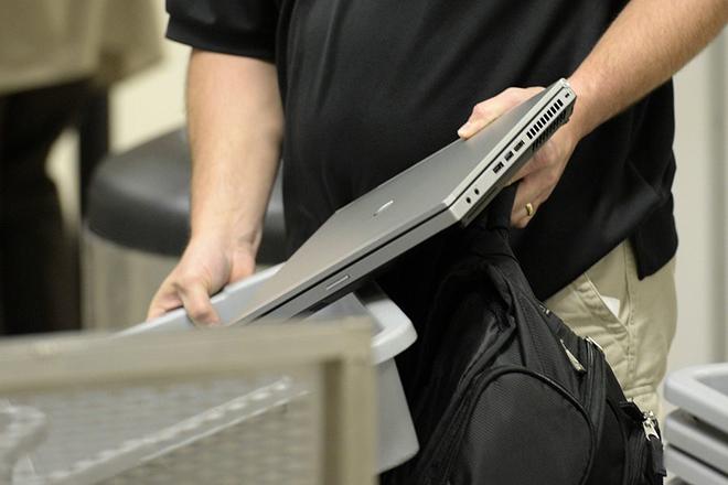 Μετά τις ΗΠΑ και η Βρετανία λέει «όχι» σε laptops και tablets στις πτήσεις