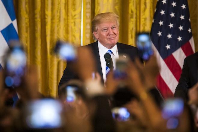 Στα ύψη οι πωλήσεις του βιβλίου που «καίει» τον Ντόναλντ Τραμπ και τον Λευκό Οίκο