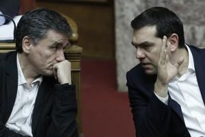 O πρωθυπουργός Αλέξης Τσίπρας(Δ) και ο υπουργός Οικονομικών Ευκλείδης Τσακαλώτος (Α) συνομιλούν στην Ολομέλεια της Βουλής τη συζήτηση για τον Προϋπολογισμό του 2016, Σάββατο 5 Δεκεμβρίου 2015. Συνεχίζεται για τελευταία μέρα στην Ολομέλεια της Βουλής, η συζήτηση επί του κρατικού προϋπολογισμού 2016, η οποία θα ολοκληρωθεί τα μεσάνυχτα του Σαββάτου, έπειτα από φανερή ονομαστική ψηφοφορία.  ΑΠΕ ΜΠΕ/ΑΠΕ ΜΠΕ/ΓΙΑΝΝΗΣ ΚΟΛΕΣΙΔΗΣ