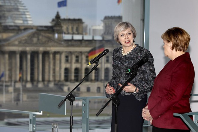 epa05636870 German Chancellor Angela Merkel (R) joins with British Prime Minister Theresa May (L) to give a press statement at the Bundeskanzleramt in Berlin, Germany, 18 November 2016. Theresa Maay joined with outgoing US President Barack Obama and other European leaders in Berlin to discuss Nato and the IS threat and spoke about Brexit with her meeting with Angela Merkel.  EPA/MICHAEL SOHN / POOL