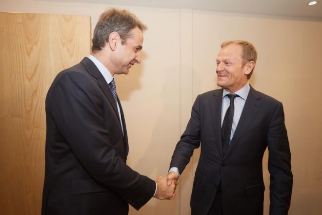Ο πρόεδρος της Νέας Δημοκρατίας, Κυριάκος Μητσοτάκης (Α) ανταλλάσει χειραψία με τον Πρόεδρο του Ευρωπαϊκού Συμβουλίου Donald Tusk (Δ)  στο Συνέδριο του Ευρωπαϊκού Λαϊκού Κόμματος (Ε.Λ.Κ.) που πραγματοποιείται στη Μάλτα, Πέμπτη 30 Μαρτίου 2017. Ο πρόεδρος της ΝΔ  είχε σήμερα, σειρά συναντήσεων στο περιθώριο του Συνεδρίου του  (Ε.Λ.Κ.). Συναντήθηκε με τον Πρόεδρο του Ευρωπαϊκού Συμβουλίου Donald Tusk, τον Επίτροπο Ανθρωπιστικής Βοήθειας και Διαχείρισης Κρίσεων Χρήστο Στυλιανίδη,  τον υπουργό Εξωτερικών της Αυστρίας  Sebastian Kurz,  τον Ισπανό πρωθυπουργό  Mariano Rajoy και τον Αντιπρόεδρο της Ευρωπαϊκής Επιτροπής  Valdis Dombrovskis. ΑΠΕ ΜΠΕ/ΓΡΑΦΕΙΟ ΤΥΠΟΥ ΝΔ/ΔΗΜΗΤΡΗΣ ΠΑΠΑΜΗΤΣΟΣ