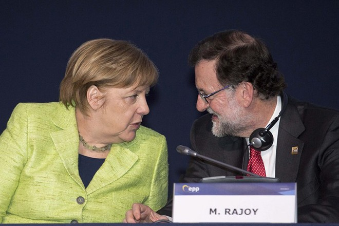 epa05878876 A handout photo made available by the European People's Party (EPP) shows Spanish Prime Minister Mariano Rajoy (R) speaks with German Chancellor Angela Merkel during the EPP Summit, in Saint Julians, Malta, 30 March 2017. The Maltese Nationalist Party (PN) is hosting the center-right pro-European political party European People's Party (EPP) congress and summit in Malta from 29 to 30 March. The congress and summit will discuss topics such as migration, terrorism, war and unrest in the Middle East, the relations with Russia and the general impact on economy and societies arising from the globalization.  EPA/EPP/TAREK MOHAMED HANDOUT  HANDOUT EDITORIAL USE ONLY/NO SALES