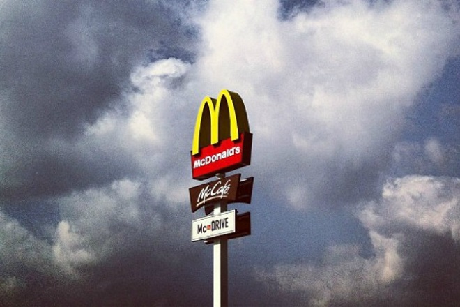 McCharge: Σταθμοί φόρτισης ηλεκτροκίνητων αυτοκινήτων στη Σουηδία στα McDonald's (Βίντεο)