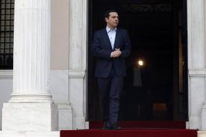Ο πρωθυπουργός Αλέξης Τσίπρας αναμένει να υποδεχθεί τον Πρόεδρο του Ευρωπαϊκού Συμβουλίου Ντόναλντ Τουσκ (δεν εικονίζεται) στο Μέγαρο Μαξίμου, Τετάρτη 5 Απριλίου 2017. ΑΠΕ-ΜΠΕ / ΑΠΕ-ΜΠΕ / ΑΛΕΞΑΝΔΡΟΣ ΒΛΑΧΟΣ