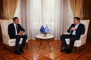 Ο πρωθυπουργός Αλέξης Τσίπρας (Δ) συνομιλεί με τον Πρόεδρο του Ευρωπαϊκού Συμβουλίου Ντόναλντ Τουσκ (Α), κατά την διάρκεια της συνάντησης τους Μέγαρο Μαξίμου, Τετάρτη 5 Απριλίου 2017. ΑΠΕ-ΜΠΕ / ΑΠΕ-ΜΠΕ / ΑΛΕΞΑΝΔΡΟΣ ΒΛΑΧΟΣ