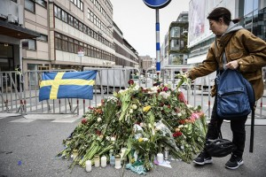 epa05896809 People gather at a police cordon near the crime scene in central Stockholm, Sweden, 08 April 2017. A truck was driven into a department store on Drottninggatan street (Queen Street) in central Stockholm, media reported quoting local police  killing four people, injuring 15 others.  EPA/NOELLA JOHANSSON SWEDEN OUT