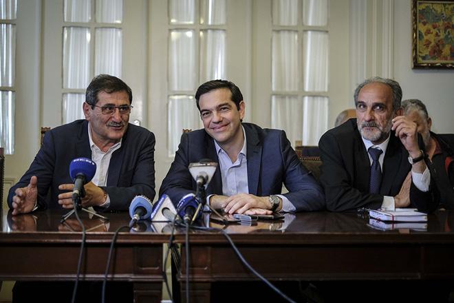 (Ξένη Δημοσίευση) Ο πρωθυπουργός Αλέξης Τσίπρας (Κ) και ο δήμαρχος Πάτρας  Κώστας Πελετίδης (Α)  συμμετέχουν στη συνάντηση  με τους δημάρχους του νομού Αχαΐας, δημαρχιακό μέγαρο της πόλης, την Μεγάλη Τρίτη 11 Απριλίου 2017.  ΑΠΕ-ΜΠΕ/ΓΡΑΦΕΙΟ ΤΥΠΟΥ ΠΡΩΘΥΠΟΥΡΓΟΥ/Andrea Bonetti