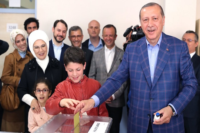 epa05910633 Turkish President Recep Tayyip Erdogan (R) cast his vote with his grandson Mehmet Akif (C) as his wife Emine (2-L) and granddaughter Mahinur (2-L, front) acompany him at a polling station for a referendum on the constitutional reform in Istanbul, Turkey, 16 April 2017. The proposed reform, passed by Turkish parliament on 21 January, would change the country's parliamentarian system of governance into a presidential one, which the opposition denounced as giving more power to Turkish president Recep Tayyip Erdogan.  EPA/TOLGA BOZOGLU