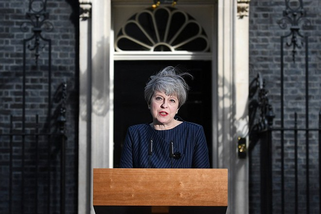epa05913371 British Prime Minister Theresa May delivers a statement outside 10 Downing Street in London, Britain, 18 April 2017. British Prime Minister Theresa May has announced that she will call for a snap general election for 08 June.  EPA/ANDY RAIN