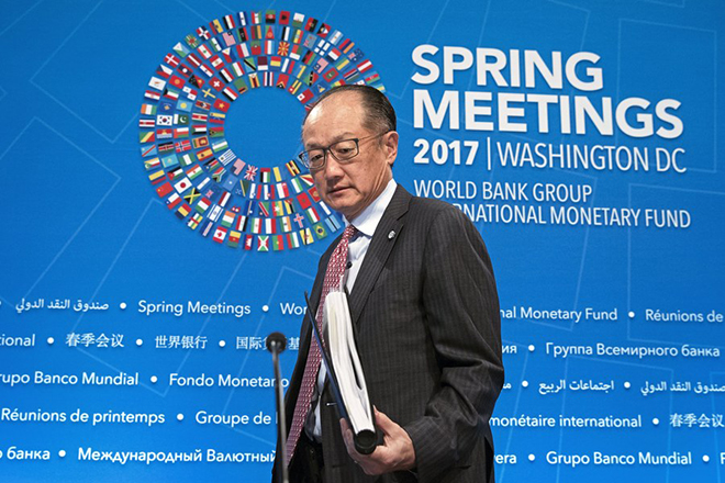 epa05917222 World Bank Group President Jim Yong Kim arrives to hold a news conference at the International Monetary Fund (IMF) headquarters in Washington, DC, USA, 20 April 2017. The World Bank IMF 2017 Spring Meetings take place 18-23 April 2017.  EPA/MICHAEL REYNOLDS
