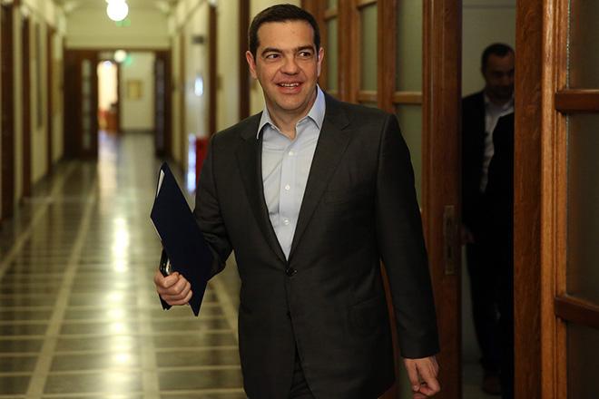 Ο πρωθυπουργός Αλέξης Τσίπρας μπαίνει στην αίθουσα της Βουλής όπου θα συνεδριάσει το υπουργικό συμβούλιο, Αθήνα Μεγάλη Πέμπτη 13 Απριλίου 2017. ΑΠΕ-ΜΠΕ/ΑΠΕ-ΜΠΕ/ΟΡΕΣΤΗΣ ΠΑΝΑΓΙΩΤΟΥ