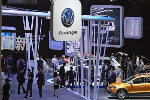 epa05916978 Visitors look at cars on display at the Volkswagen (VW) stand at the Shanghai International Automobile Industry Exhibition 2017, in Shanghai, China, 20 April 2017. The Shanghai International Automobile Industry Exhibition opened for the media preview days on 19 April while it will be officially opened at the Shanghai National Exhibition and Convention Center (NECC) from 24 to 28 April 2017.  EPA/STRINGER CHINA OUT