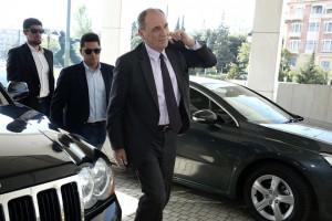 Ο υπουργός Περιβάλλοντος και Ενέργειας Γιώργος Σταθάκης (Δ) προσέρχεται για τη συνάντησή του με τους θεσμούς, σε κεντρικό ξενοδοχείο της Αθήνα, την Τρίτη 25 Απριλίου 2017. ΑΠΕ-ΜΠΕ/ΑΠΕ-ΜΠΕ/ΣΥΜΕΛΑ ΠΑΝΤΖΑΡΤΖΗ