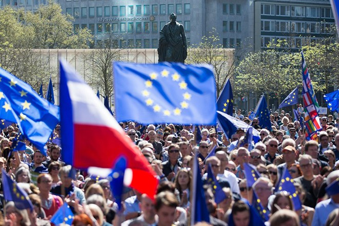 epa05899300 People wave French an European flags during a pro-European Union rally titled 'Pulse of Europe' at Goetheplatz square in Frankfurt am Main, Germany, 09 April 2017. The citizen's initiative was founded to encourage EU citizens to promote a 'pan-European' identity.  EPA/ALEXANDER BECHER