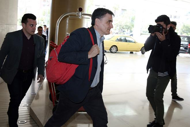 Ο υπουργός Οικονομικών Ευκλείδης Τσακαλώτος προσέρχεται για τη συνάντησή του με τους θεσμούς, σε κεντρικό ξενοδοχείο της Αθήνα, την Τρίτη 25 Απριλίου 2017. ΑΠΕ-ΜΠΕ/ΑΠΕ-ΜΠΕ/ΣΥΜΕΛΑ ΠΑΝΤΖΑΡΤΖΗ