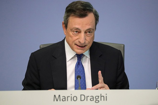 epa05930824 The President of the European Central Bank (ECB), Mario Draghi, speaks to media during a press conference in Frankfurt Main, Germany, 27 April 2017 after the meeting of its Governing Council.  EPA/ARMANDO BABANI