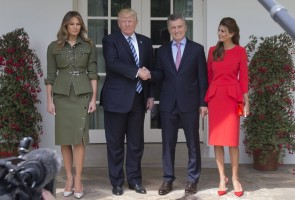 epa05931327 US President Donald J. Trump (2-L) and First Lady Melania Trump (L) stand with President of Argentina Mauricio Macri (2-R) and Argentine First Lady Juliana Awada (R) at the West Wing of the White House in Washington, DC, USA, 27 April 2017. President Trump and President Macri are expected to discuss trade issues during their meeting at the White House.  EPA/MICHAEL REYNOLDS